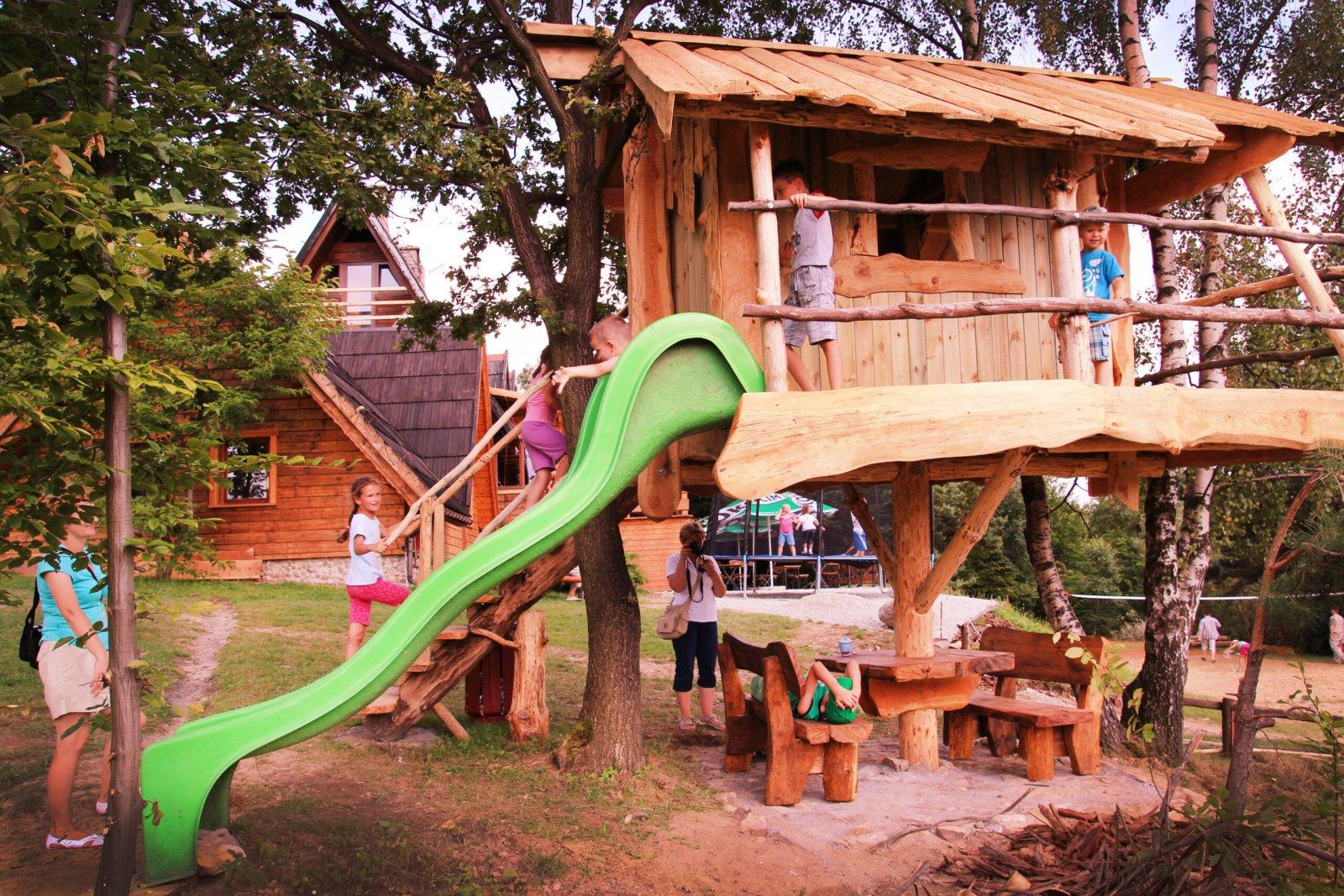 Domek na drzewie. Plac zabaw. Dzieci